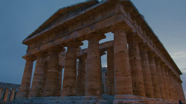 夕暮れ時のパエストゥム遺跡のslo mo寺院 - ペディメント点の映像素材/bロール