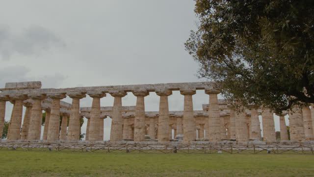 パエストゥム遺跡のslo mo寺院 - ペディメント点の映像素材/bロール
