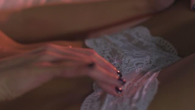 gru hd: tentazione di donna sul letto - donna seducente video stock e b–roll