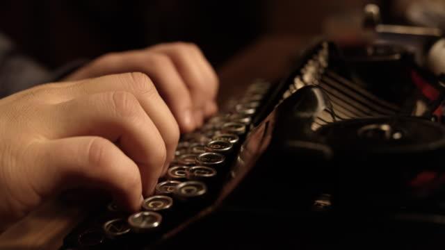 ld tio finger skriva på en gammal skrivmaskin - skrivmaskin bildbanksvideor och videomaterial från bakom kulisserna