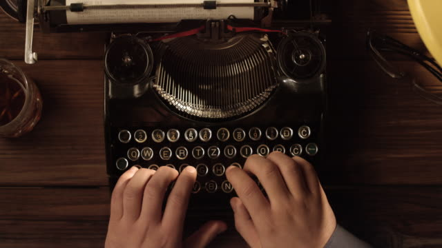 pov tio finger skriva på gamla skrivmaskin - skrivmaskin bildbanksvideor och videomaterial från bakom kulisserna