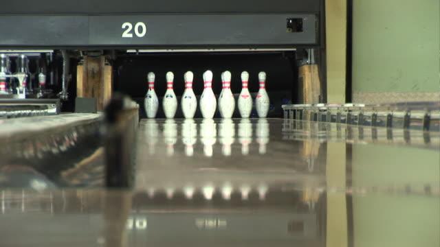 vídeos de stock, filmes e b-roll de boliche de dez pinos atingir 1 em - cancha de jogo de boliche