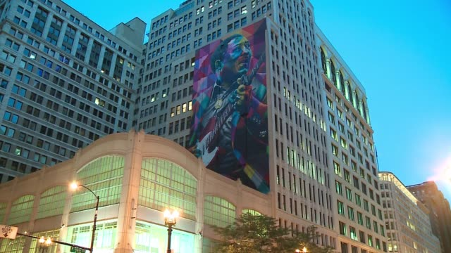 vídeos de stock, filmes e b-roll de wgn ten story mural of blues icon muddy waters at state and washington painted by brazilian artist eduardo kobra in 2016 on june 7 2017the day of its... - pintor artista