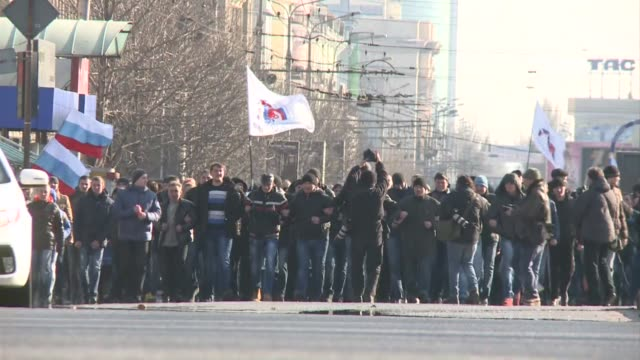 ten thousand prorussian protesters gathered sunday in ukraine's eastern city of donetsk underlining their desire to join russia and forcing former... - politician stock videos & royalty-free footage