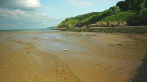 tenby beach in south wales at low tide. - 干潮点の映像素材/bロール
