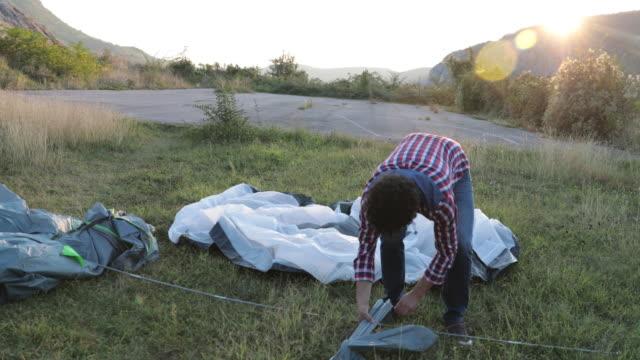 sind in der regel und andere campingausrüstung - zelt stock-videos und b-roll-filmmaterial