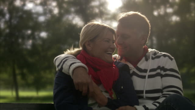 vidéos et rushes de tender couple on a bench in a park, sweden. - 50 54 ans