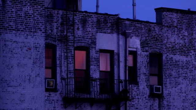 夕暮れ時の長屋ビル - 非常階段点の映像素材/bロール