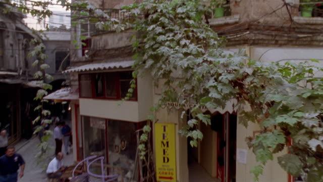 vidéos et rushes de la ms tenement building/ tu over street/ td peasant woman walking on street with large bundle of flowers/ istanbul - ouvrier agricole