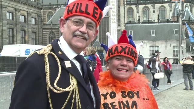 tenida de naranja amsterdam recibira a cerca de un millon de personas para la entronizacion el martes de guillermo alejandro y su esposa la argentina... - personas stock videos & royalty-free footage