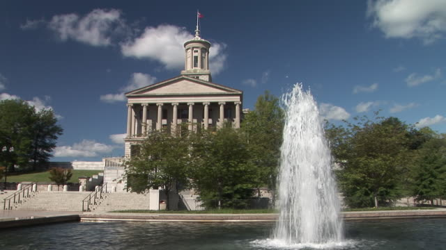 vídeos de stock e filmes b-roll de ws, tennessee state capitol with fountain in foreground, nashville, tennessee, usa - edifício federal