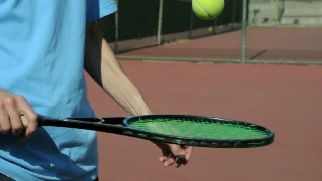 vídeos de stock e filmes b-roll de cu tennis player bouncing ball on racket, los angeles, california, usa - saltar para cima e para baixo