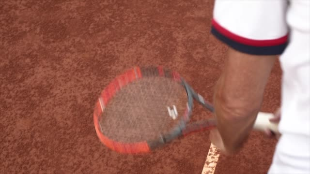 vídeos de stock e filmes b-roll de tennis player from above close up looking down bouncing ball - raqueta