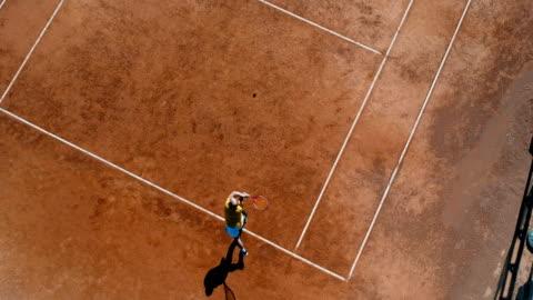 vídeos y material grabado en eventos de stock de jugador de tenis en una cancha de tenis durante el partido - ladrillo