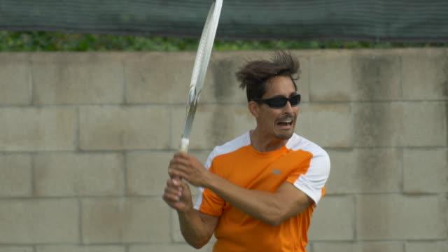 tennis player practicing returning serves. - ゴーティー点の映像素材/bロール