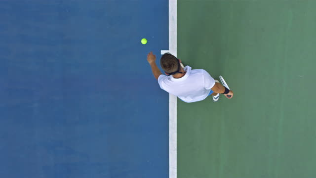 vidéos et rushes de tennis player serving the ball - ball