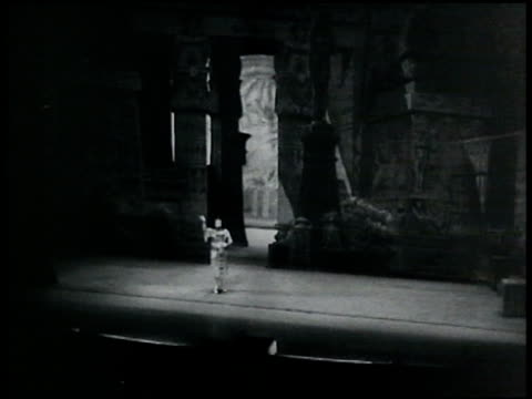 tenor giovanni martinelli alone on stage singing. new york city. - 1935 stock-videos und b-roll-filmmaterial
