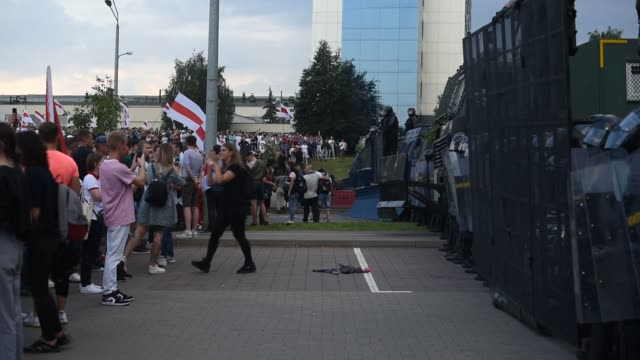 vídeos y material grabado en eventos de stock de tens of thousands of belarusians rallied again in minsk for the 22nd day of protests against president alyaksandr lukashenka on sunday over a... - bielorrusia