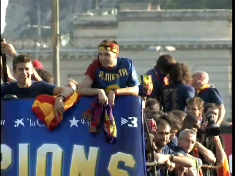 tens of thousands of ecstatic fans cheered barcelona's champions league heroes during a victory parade through the city centre in an open-top bus... - 2009 bildbanksvideor och videomaterial från bakom kulisserna
