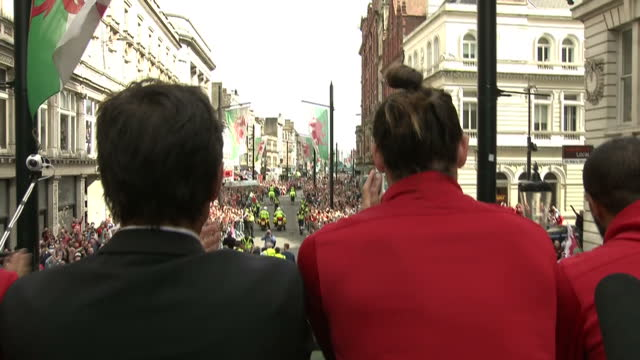 tens of thousands of fans lined the streets of cardiff to welcome home the welsh football team after it's heroic performance at euro 2016 pictures... - typisch walisisch stock-videos und b-roll-filmmaterial
