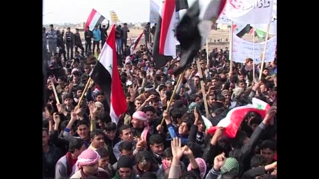 tens of thousands of iraqis gathered in sunni majority parts the country on friday in new rallies against prime minister nuri al maliki clean... - al fallujah stock videos and b-roll footage