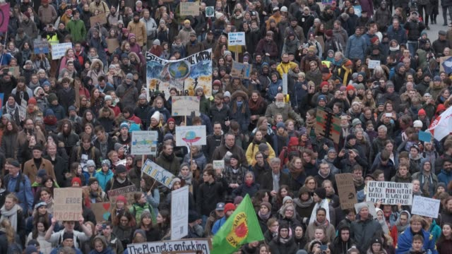 tens of thousands of marchers participate in a fridays for future climate protest on february 21 2020 in hamburg germany the citystate of hamburg is... - klima stock-videos und b-roll-filmmaterial