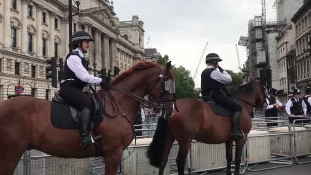 vídeos y material grabado en eventos de stock de tens of thousands of people filled london's central trafalgar square on tuesday to protest the state visit to the u.k. by u.s. president donald... - heavy goods vehicle