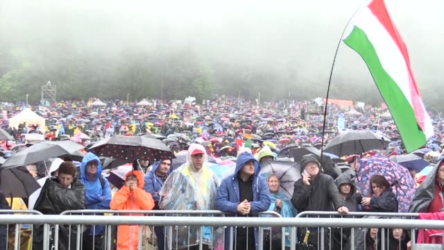 vídeos y material grabado en eventos de stock de tens of thousands of pilgrims make their way to sumuleu ciuc in romania for a mass by pope francis on his second day in romania with the ceremony in... - transilvania