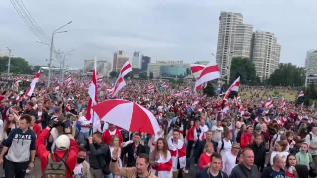 vídeos y material grabado en eventos de stock de tens of thousands of protesters gather during an anti-government demonstration on august 23, 2020 in minsk, belarus. crowds have gathered daily for... - bielorrusia