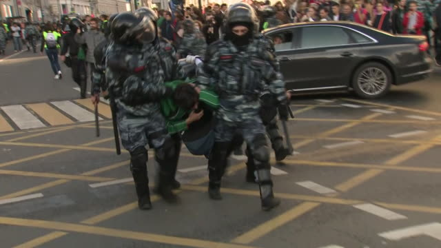 vidéos et rushes de tens of thousands of protesters have marched through moscow for the fourth consecutive weekend, calling for opposition candidates to be allowed to... - fédération de russie
