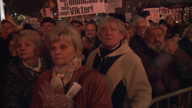 vídeos de stock, filmes e b-roll de tens of thousands of protesters rally in budapest in a show of indignation over the policies of prime minister viktor orban with riot police moving... - moving activity