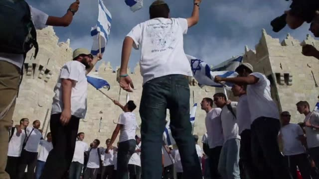 stockvideo's en b-roll-footage met tens of thousands of religious jews waving israeli flags march into mainly arab east jerusalem as the country celebrates the anniversary of its... - oost jeruzalem