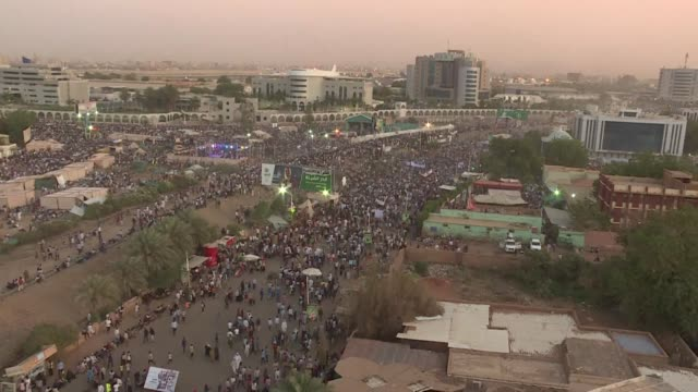 vídeos de stock, filmes e b-roll de tens of thousands of sudanese protesters converge from all directions on sudan's army headquarters after calls for a million strong demonstration to... - sudão