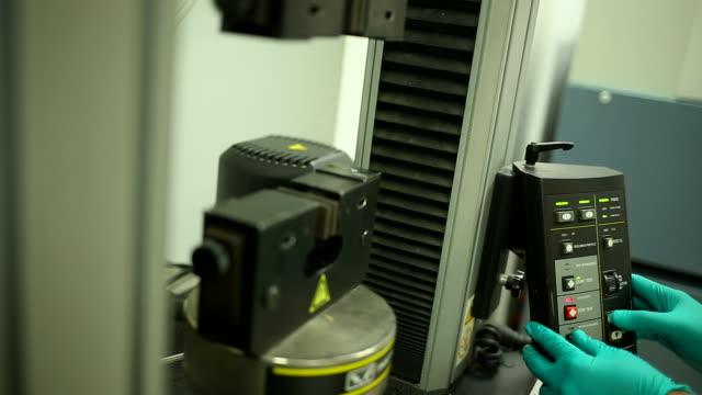 vídeos de stock e filmes b-roll de tensile machine - flexibilidade