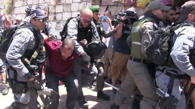 stockvideo's en b-roll-footage met tensions are high near the temple mount / haram eshsharif as palestinians are protesting the security measures israel implemented in response to the... - israëlisch leger