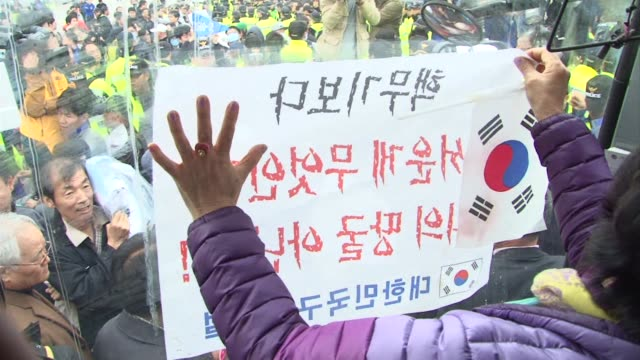 vídeos y material grabado en eventos de stock de tensions flared saturday as south korean activists attempting to launch propaganda leaflets into the north were thwarted by egg throwing residents of... - venganza