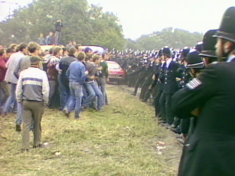 tensions rise between miners on a picket line and police officers outside the gascoigne wood colliery selby - minatore video stock e b–roll