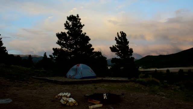 Zelt und Lagerfeuer bereit für den Nachthimmel Camping und Wandern im Sommer lustige Colorado Felsigen Berg Abend