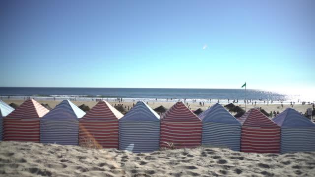 vídeos de stock e filmes b-roll de tent on beach - tenda estrutura feita pelo homem