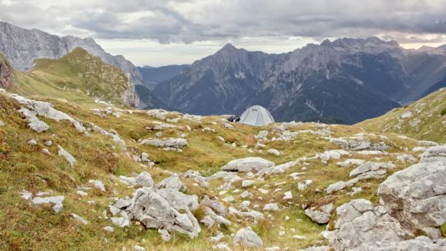 vídeos y material grabado en eventos de stock de tienda ds poner arriba en la montaña en un prado cubierto de roca - tienda de campaña