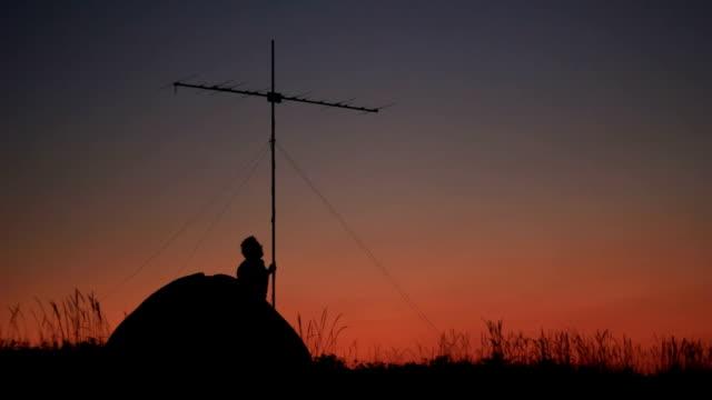tenda con antenna radio al tramonto spiaggia - antenna parte del corpo animale video stock e b–roll