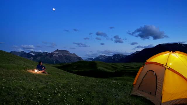 vídeos y material grabado en eventos de stock de tenting en las montañas - tienda de campaña