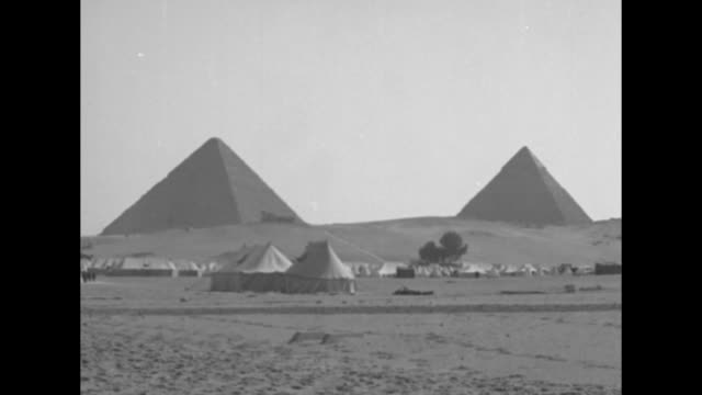 vidéos et rushes de tents and camp near the bases of the pyramids at giza, where an archeological joint venture between harvard university and the museum of fine arts,... - archéologie