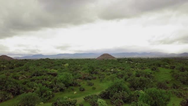 teotihuacan pyramids landscape - aztekisch stock-videos und b-roll-filmmaterial
