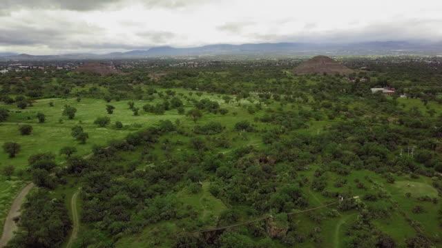 vídeos de stock, filmes e b-roll de teotihuacan pyramids landscape - asteca