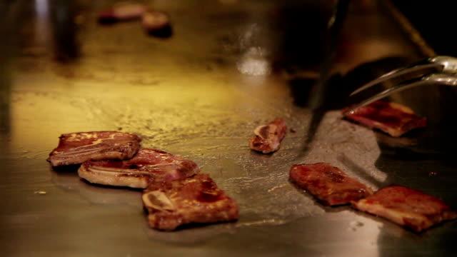 vídeos y material grabado en eventos de stock de cu teppanyaki,chef cooked food in an iron plate. - utensilio para cocinar