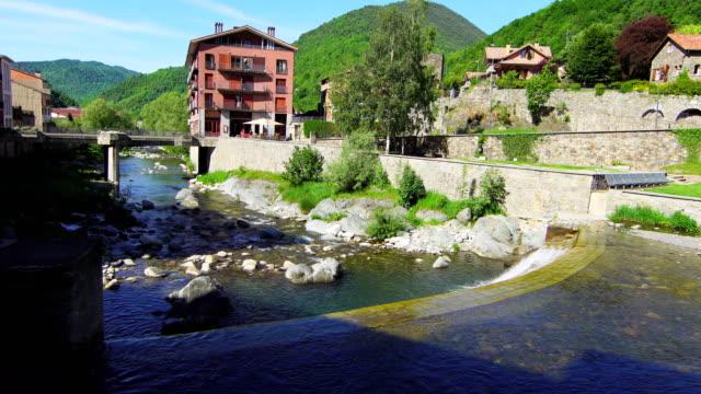 fiume ter nel villaggio di camprodon - puente video stock e b–roll