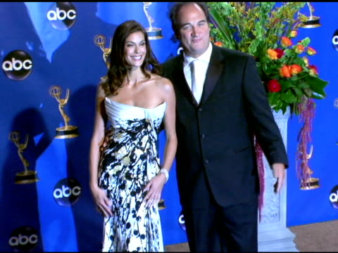 vídeos y material grabado en eventos de stock de teri hatcher and jim belushi, presenters of outstanding writing for a comedy series at the 2004 primetime emmy awards press room at the shrine... - premio emmy anual primetime