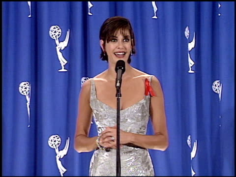 vídeos y material grabado en eventos de stock de teri hatcher at the 1995 emmy awards press room at the pasadena civic auditorium in pasadena, california on september 10, 1995. - auditorio cívico de pasadena