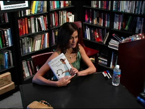 teri hatcher at the book signing of 'burnt toast and other philosophies of life' by teri hatcher at book soup in beverly hills california on may 2... - teri hatcher stock-videos und b-roll-filmmaterial